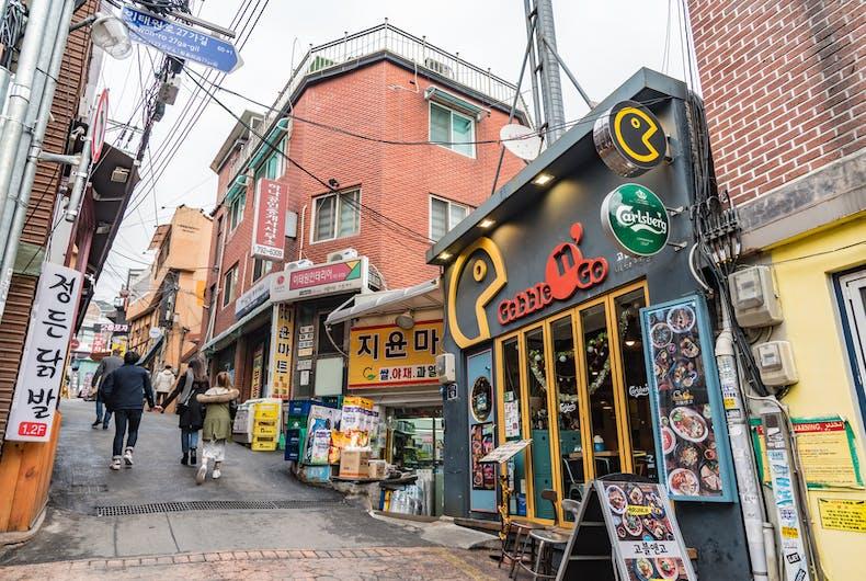 O distrito de Itaewon em Seul, Coréia do Sul, onde um homem gay foi conectado a um novo coronavírus e a um surto de COVID-19